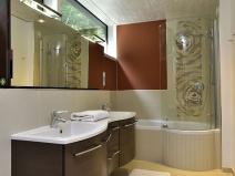 Zimmer EG Diele Blick auf Masterbadezimmer / room GF hall view on bathroom